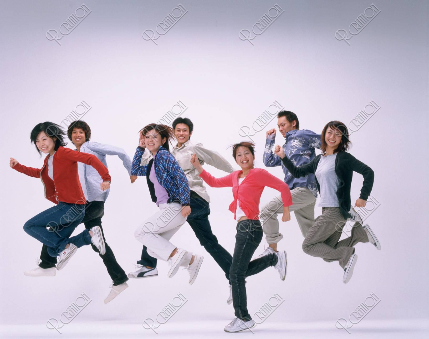 ジャンプをする若者達
