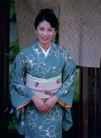 玄関の和服の女性