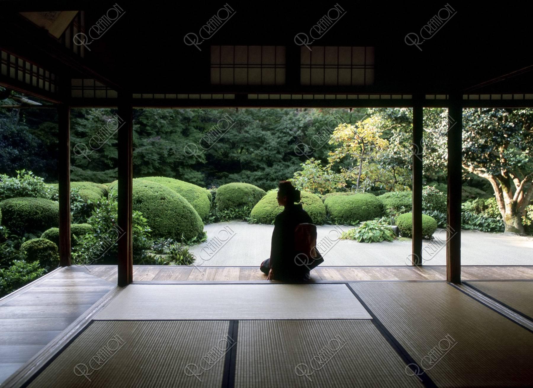 庭を見る和服の40代 女性