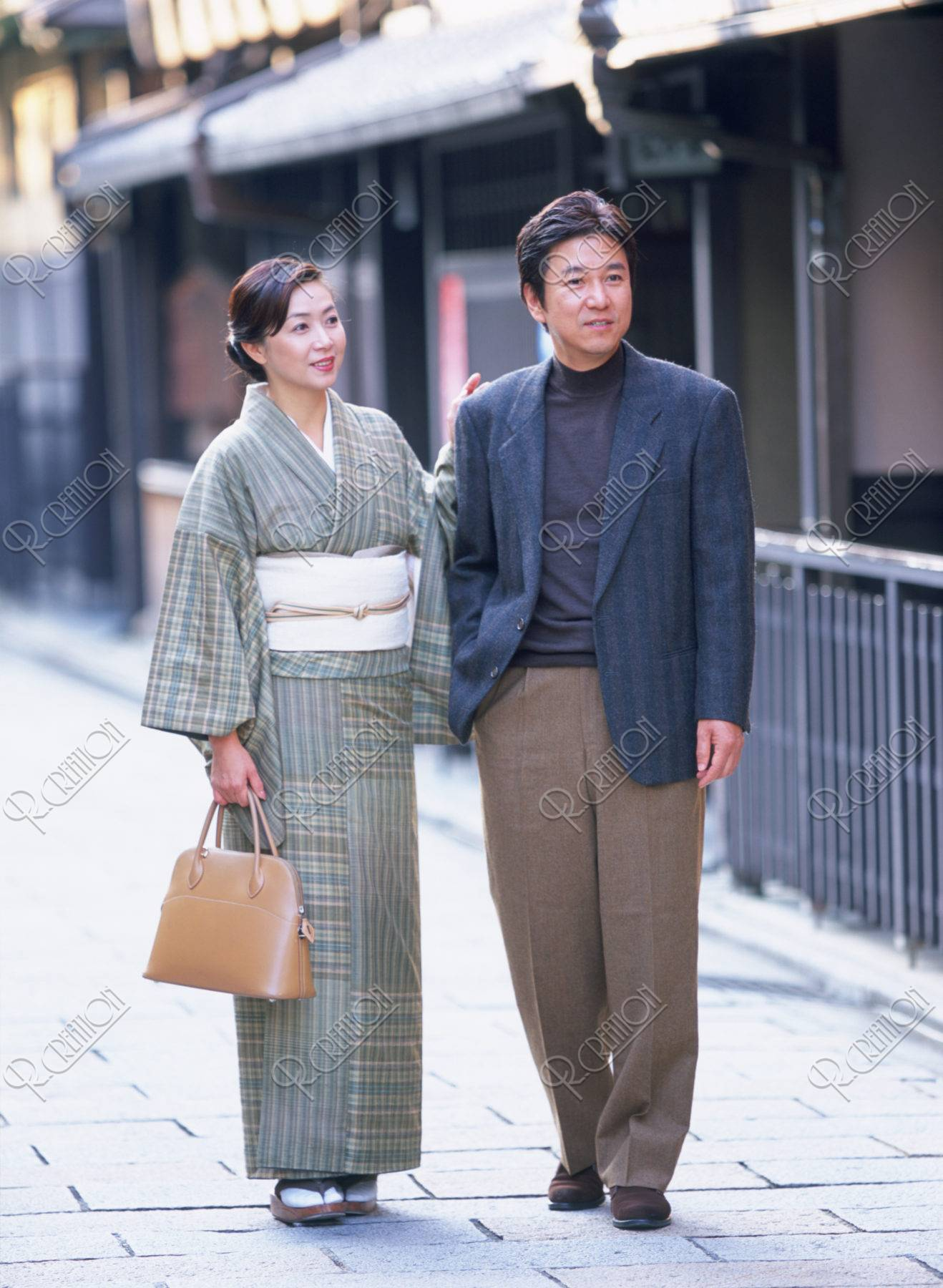 祇園を歩く 和服の40代 夫婦