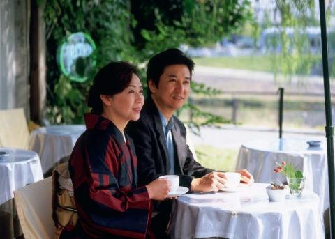 カフェの和服の40代 夫婦