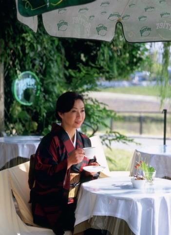 カフェの和服の40代 女性