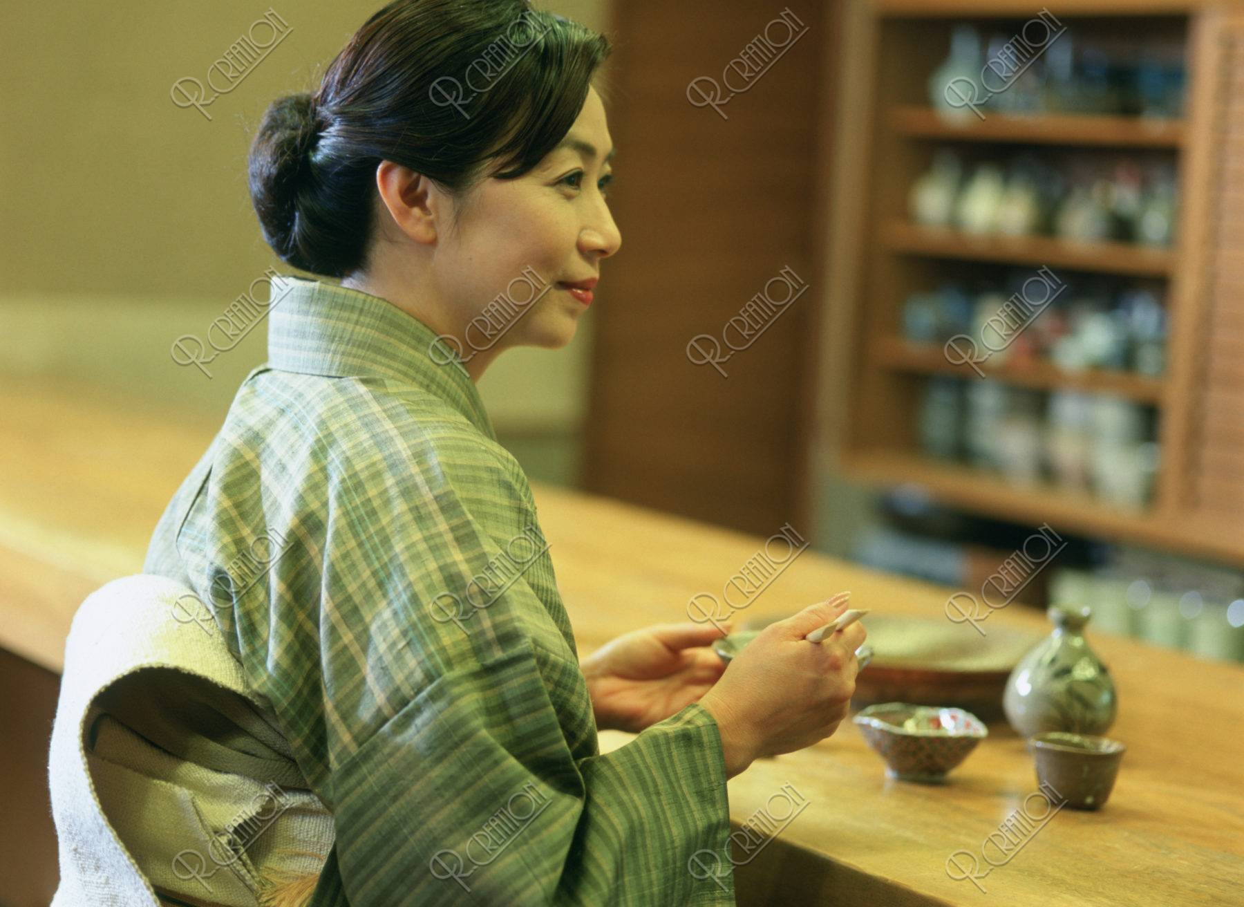 料理屋の和服の40代 女性
