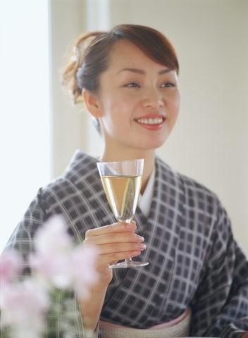 ワインを飲む和服の女性