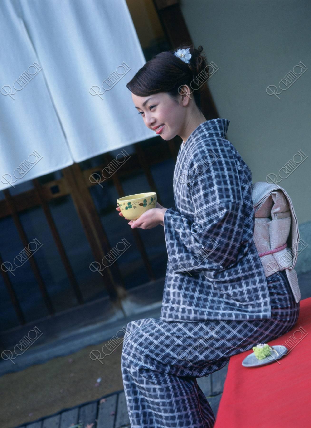 抹茶を持つ和服の女性