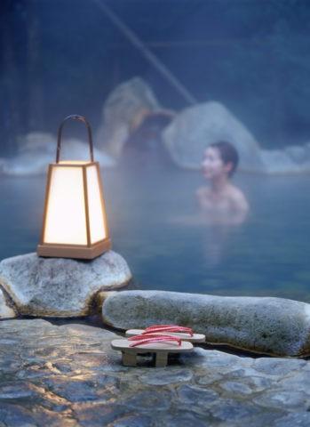行燈と下駄と露天風呂の女性