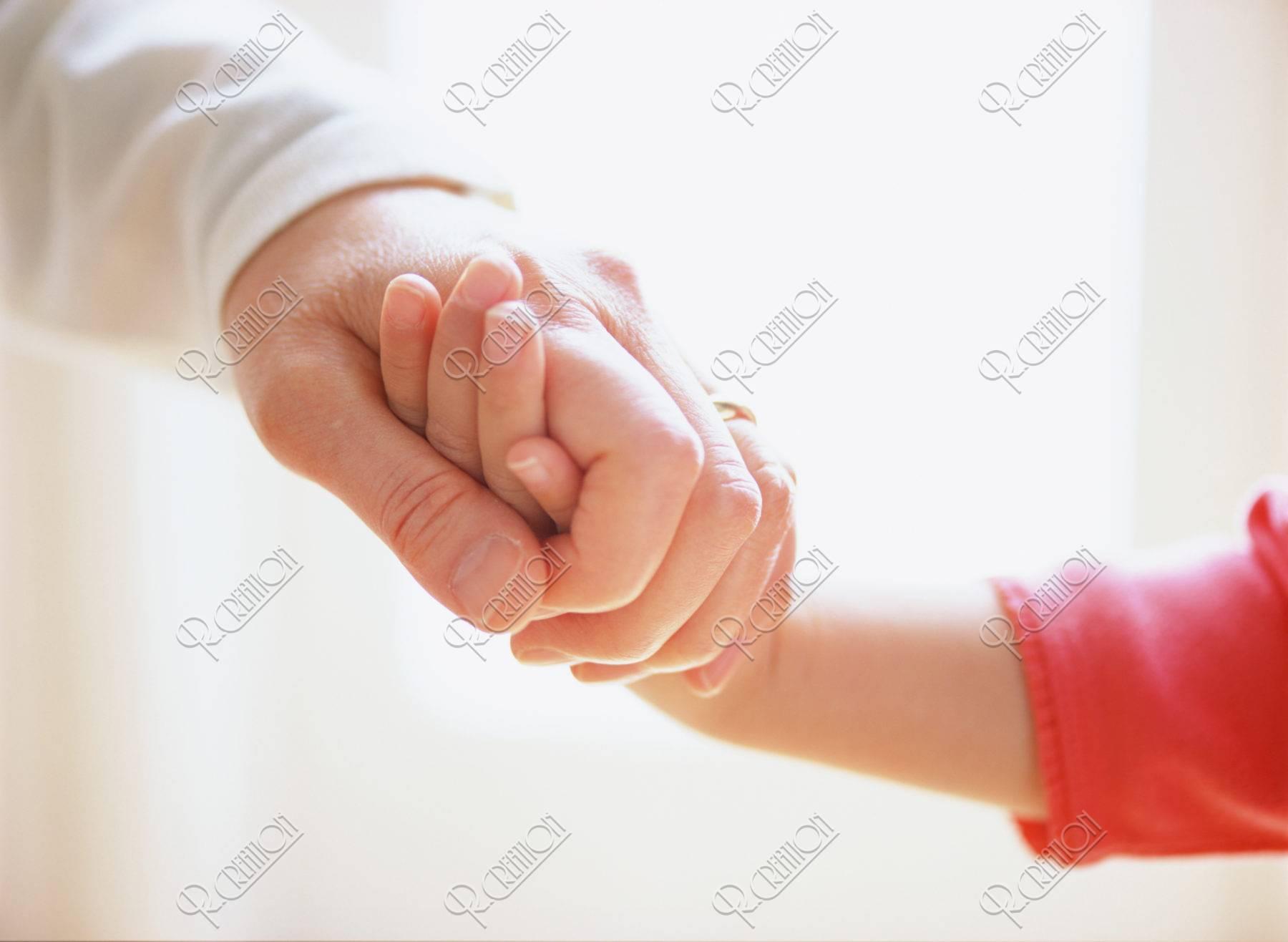 手をつなぐ祖母と孫