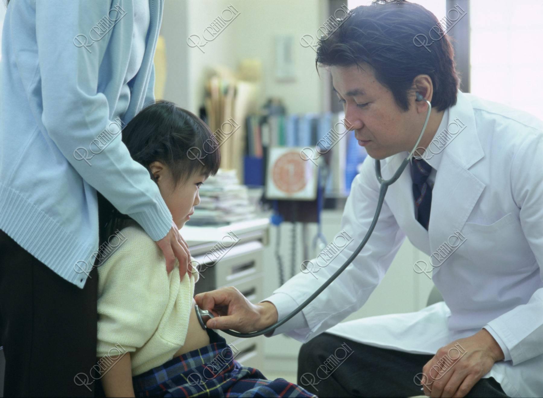 診察中の子供と医師