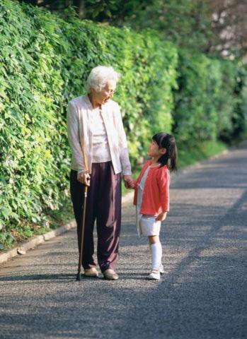 散歩する祖母と孫