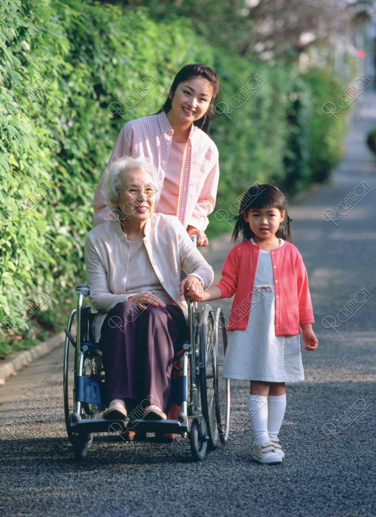 車椅子の祖母と母と子