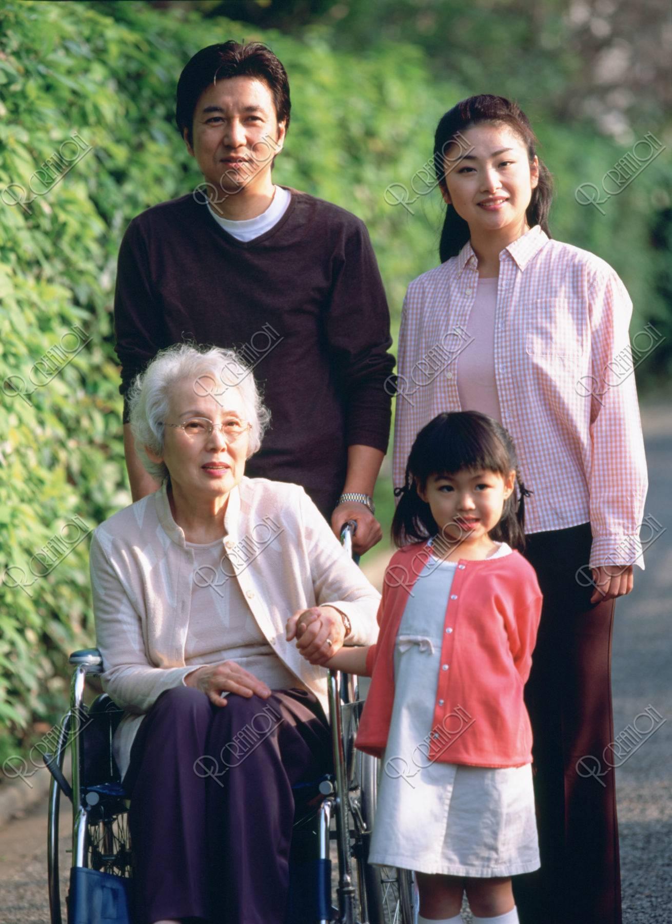 車椅子の祖母とファミリー