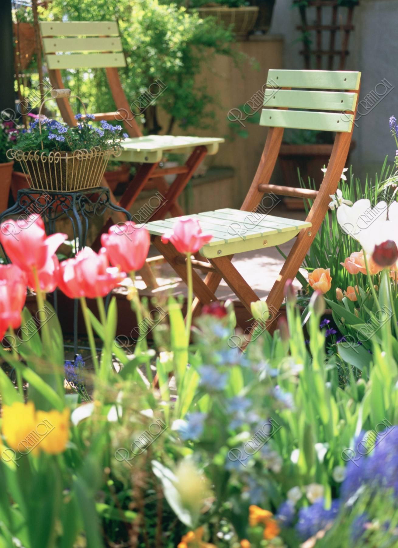 花壇とガーデンチェアー