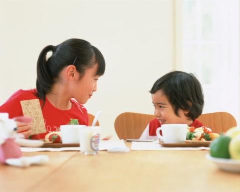 食事をする姉弟