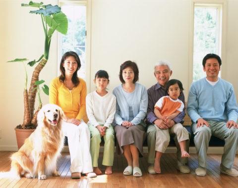 ソファに座る三世代と犬
