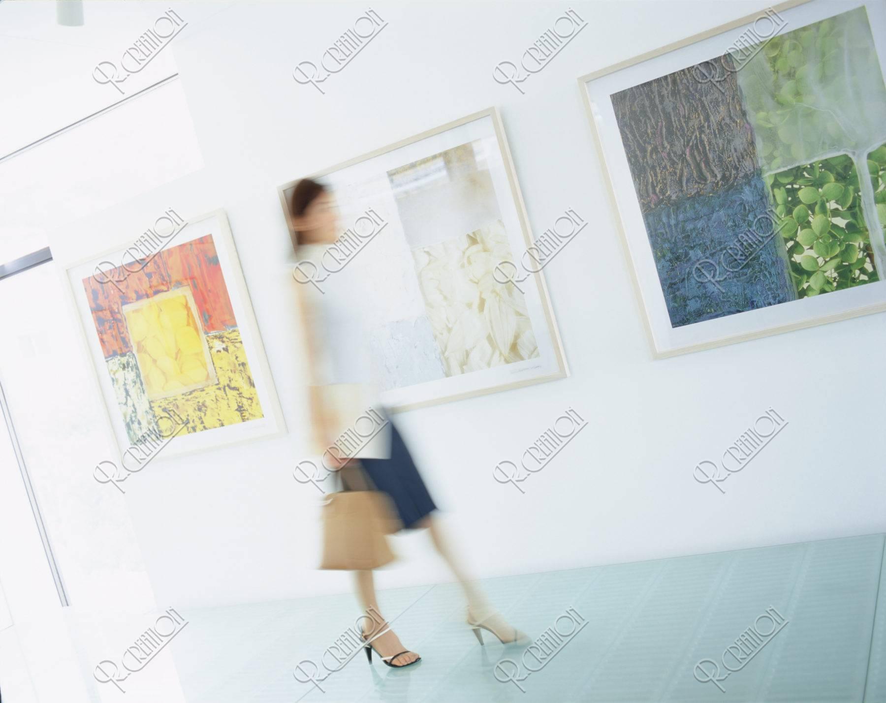 ギャラリーの女性