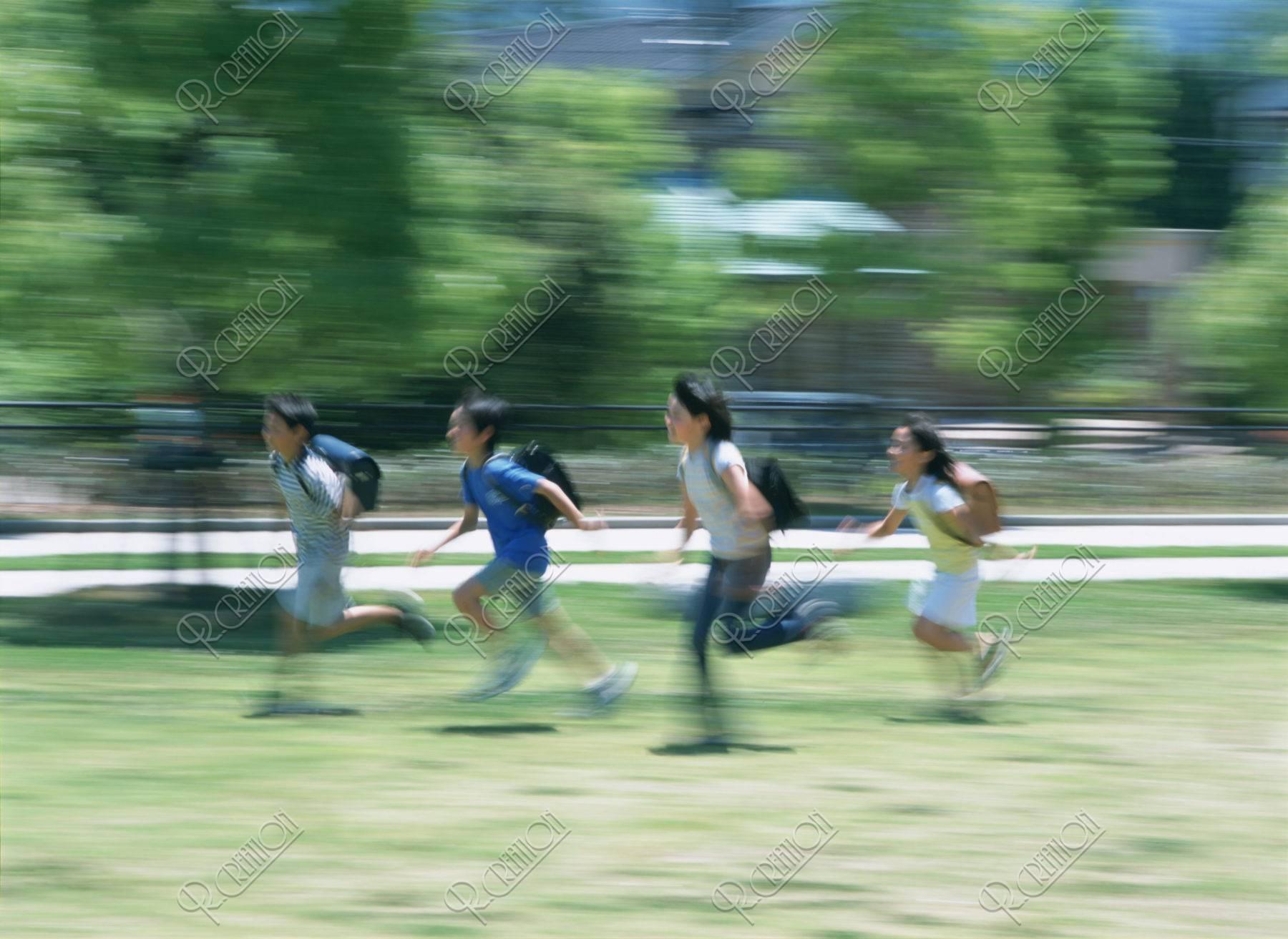 走る小学生