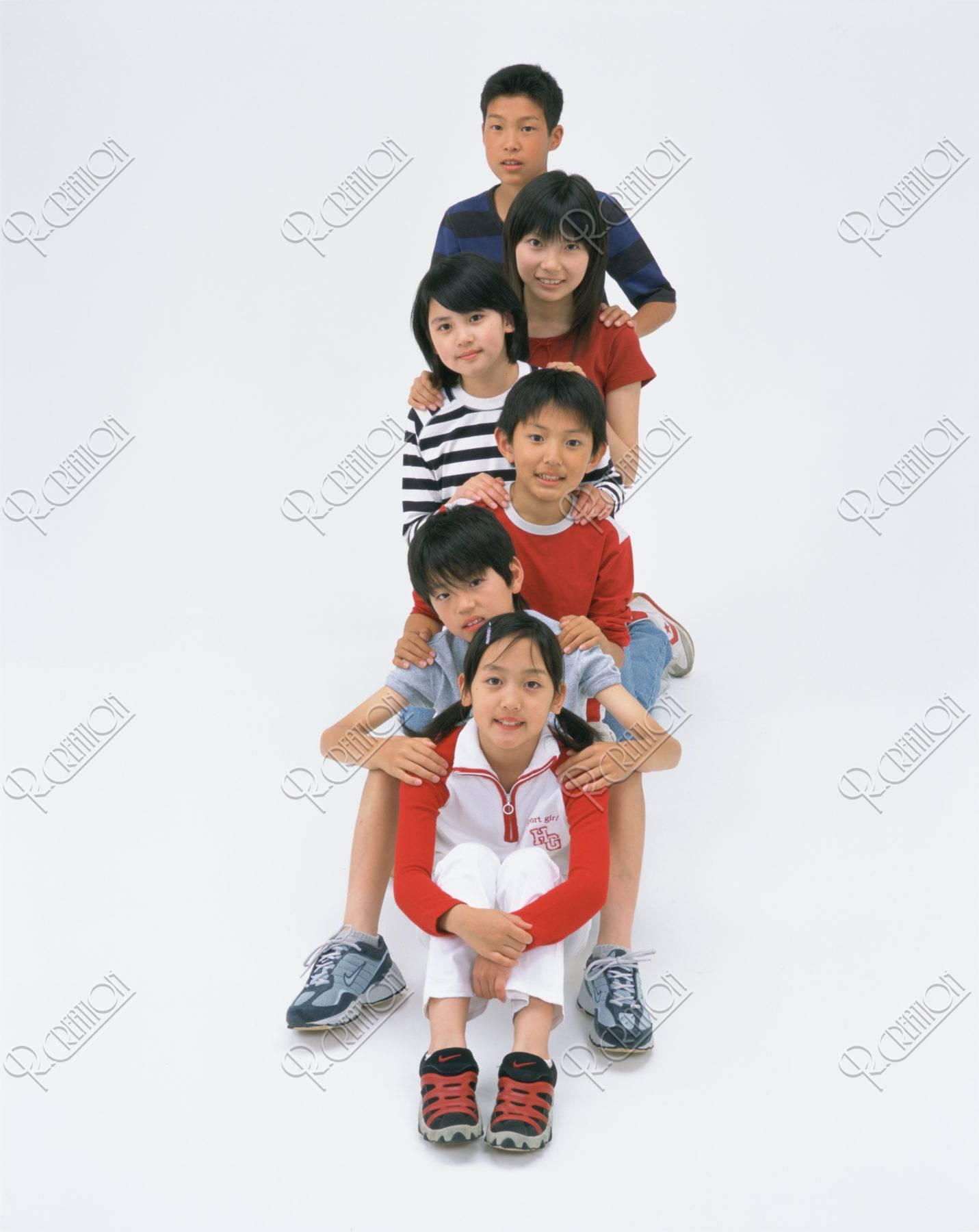 縦に並ぶ子供達