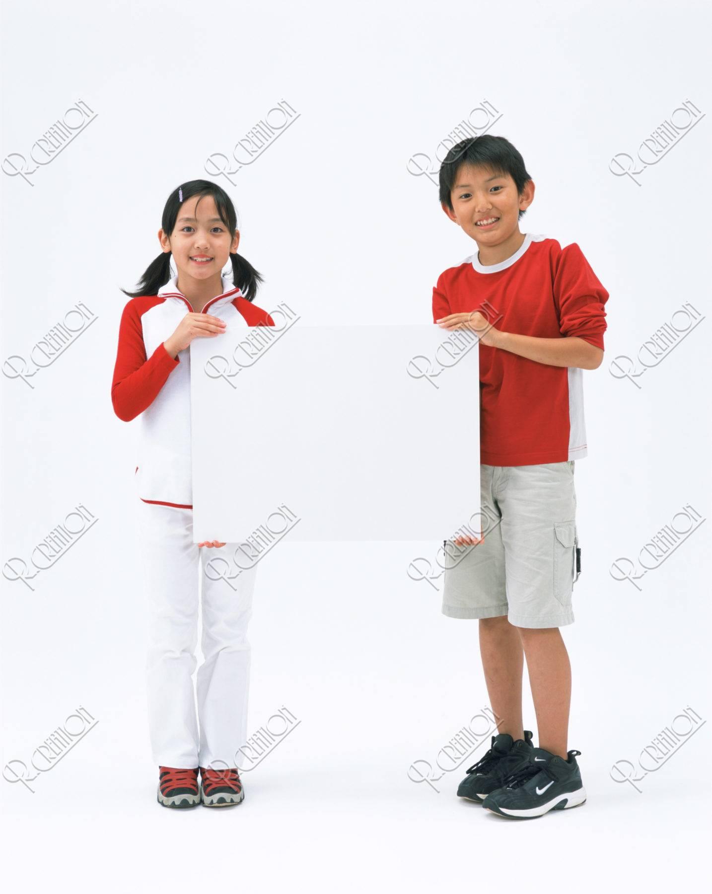 ボードを持つ小学生