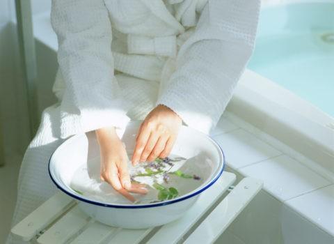 ハーブ入り洗面器と女性