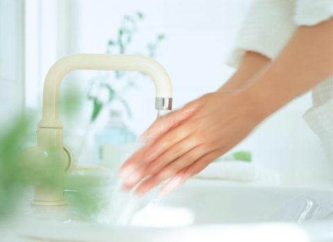 水で洗う手