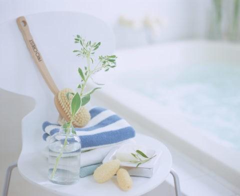 白い椅子のある浴室