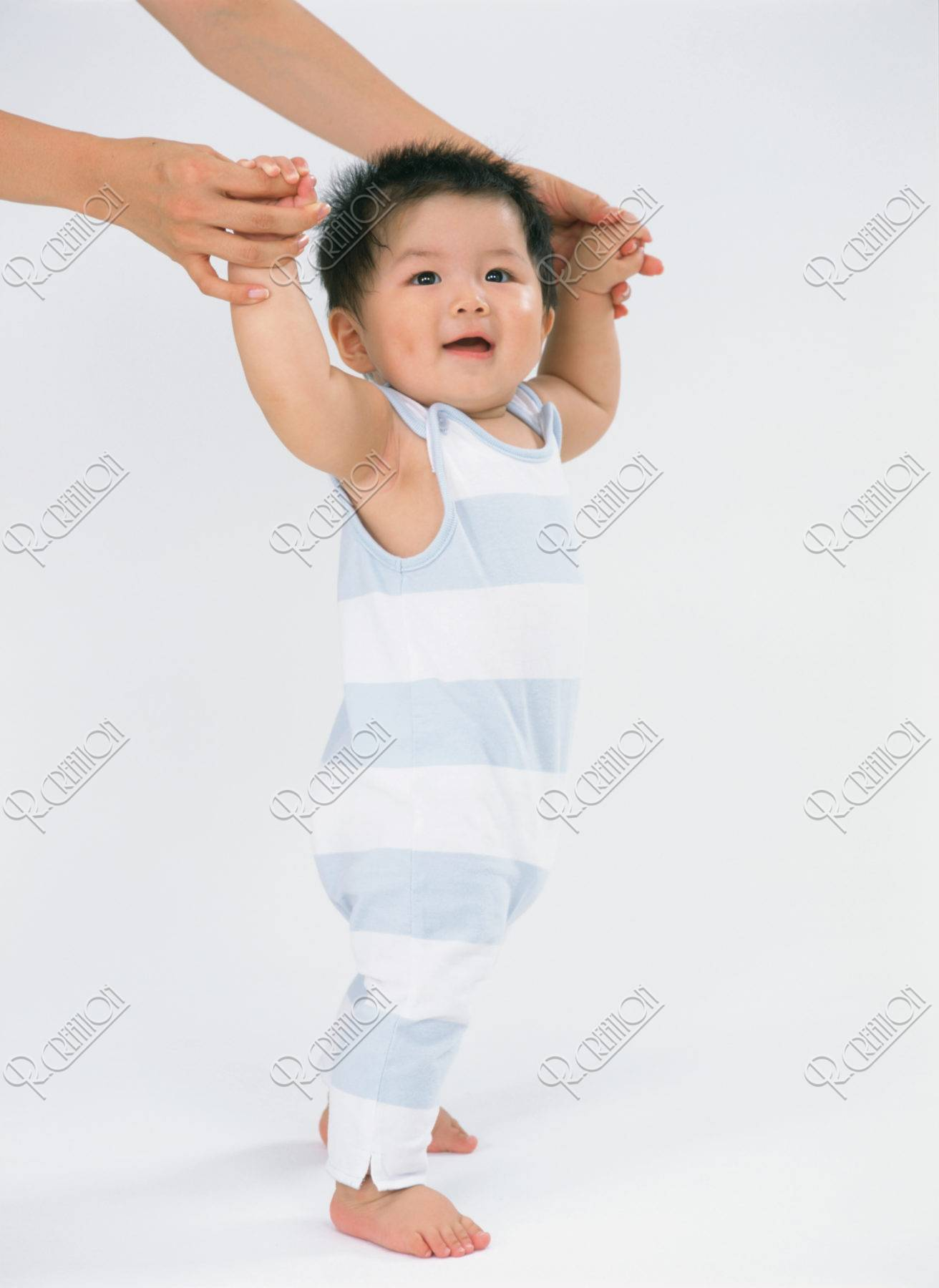 母の手と赤ちゃん