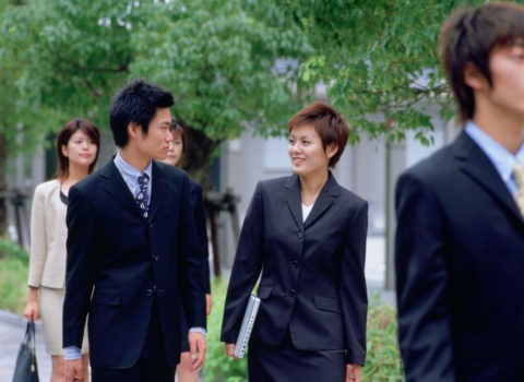 歩くビジネスの若者達