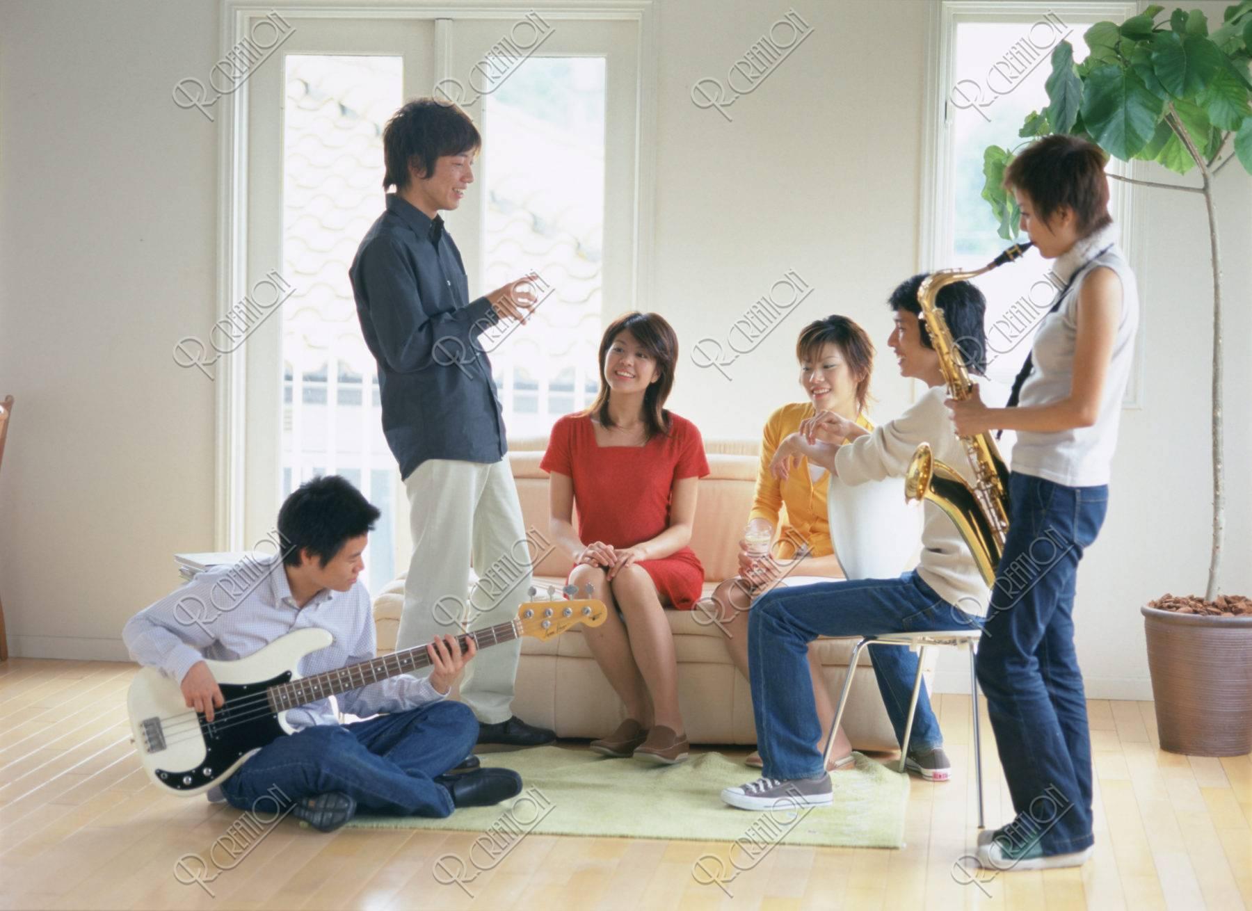 楽器で楽しむ若者達