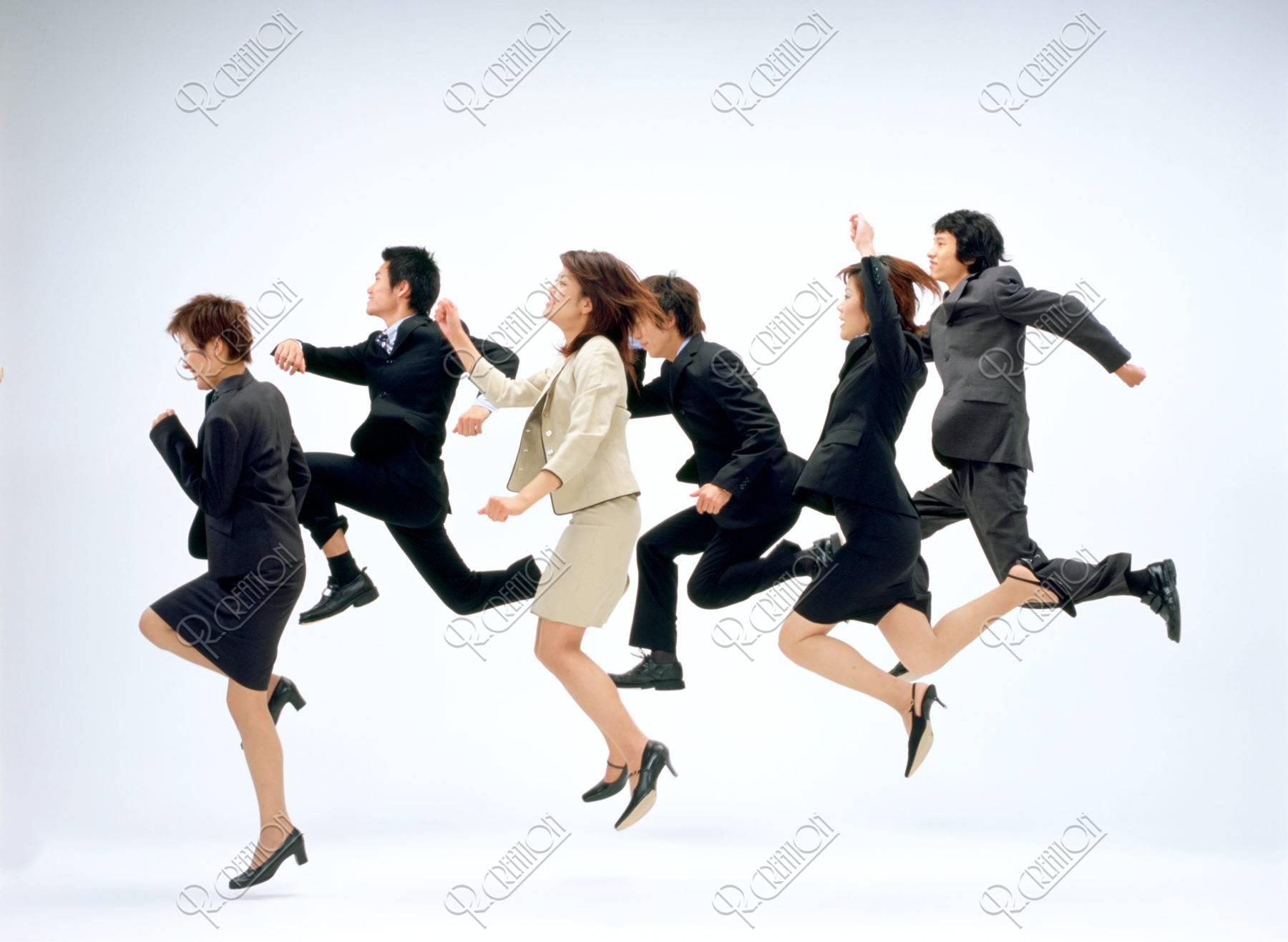 ジャンプするビジネスの若者達