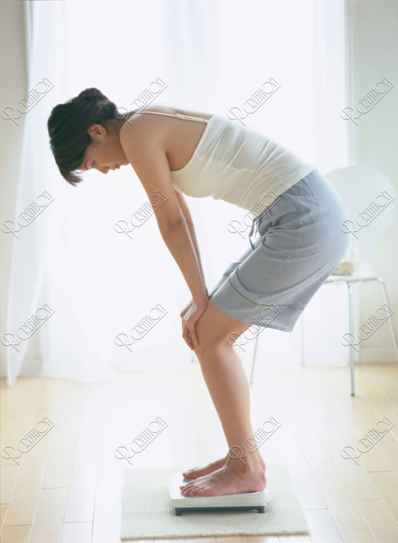 体重を量る女性
