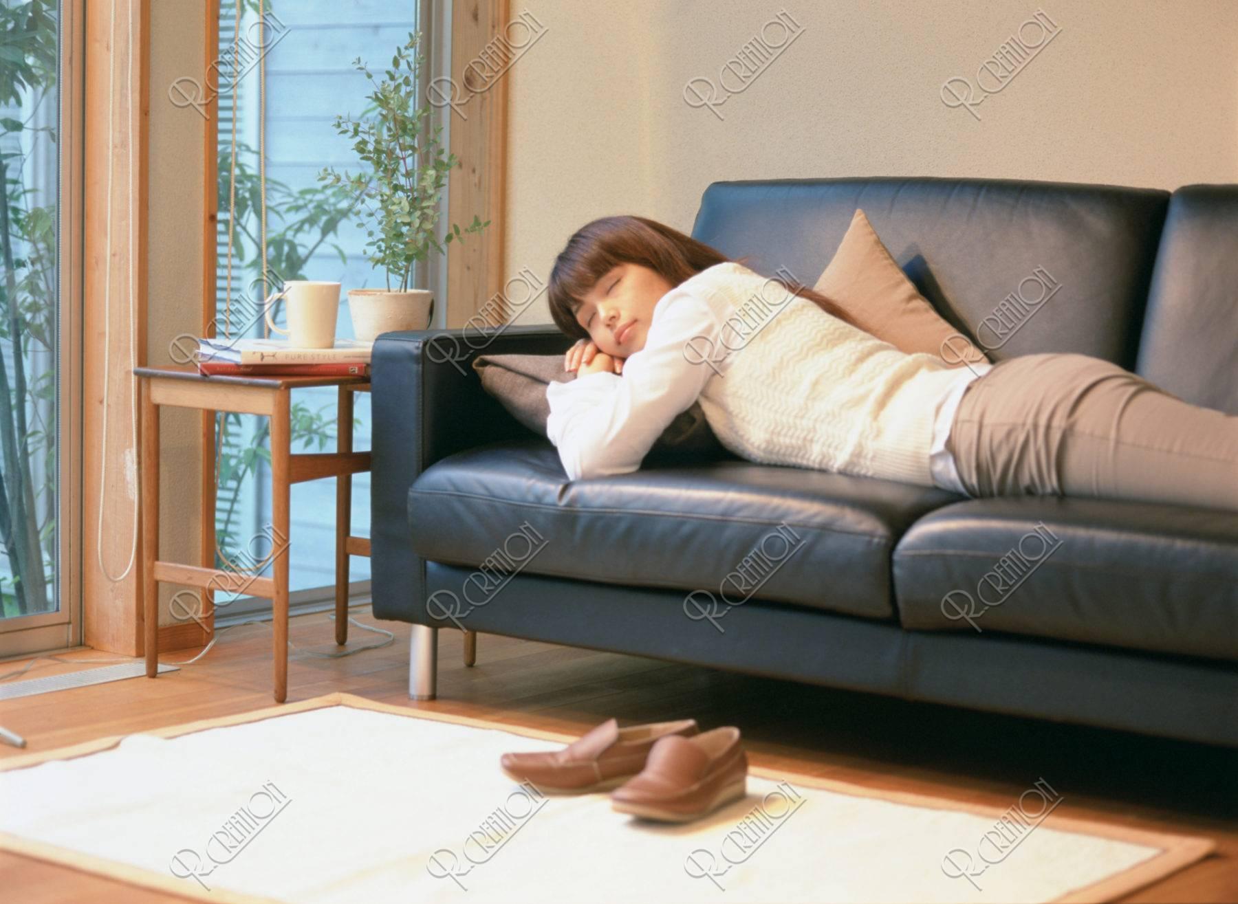 ソファで眠る女性