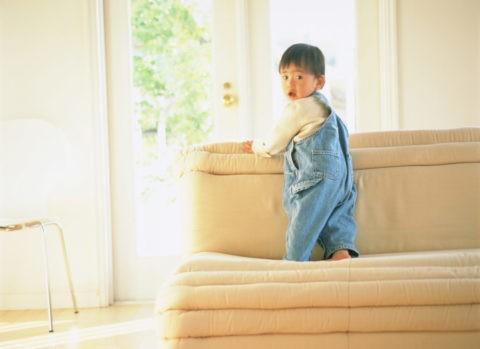 ソファに立つ子供