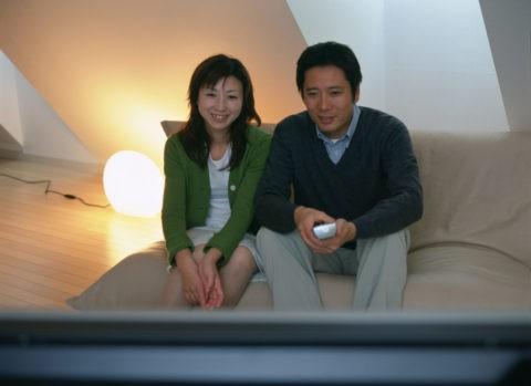 プラズマテレビを見るカップル
