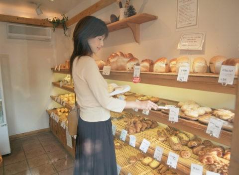 パンを買う女性