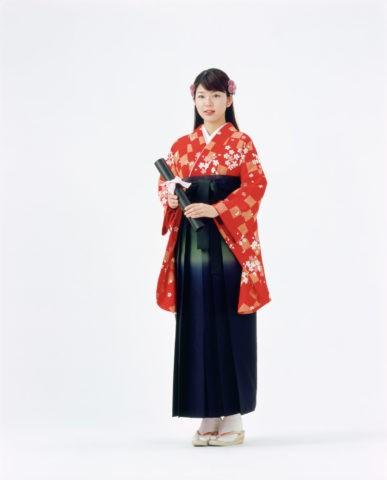 袴の女性と卒業証書