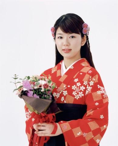袴の女性と花束