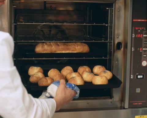 パンを焼くシェフ