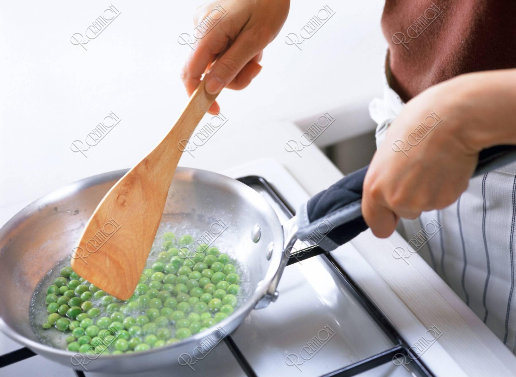 グリーンピースを炒める手