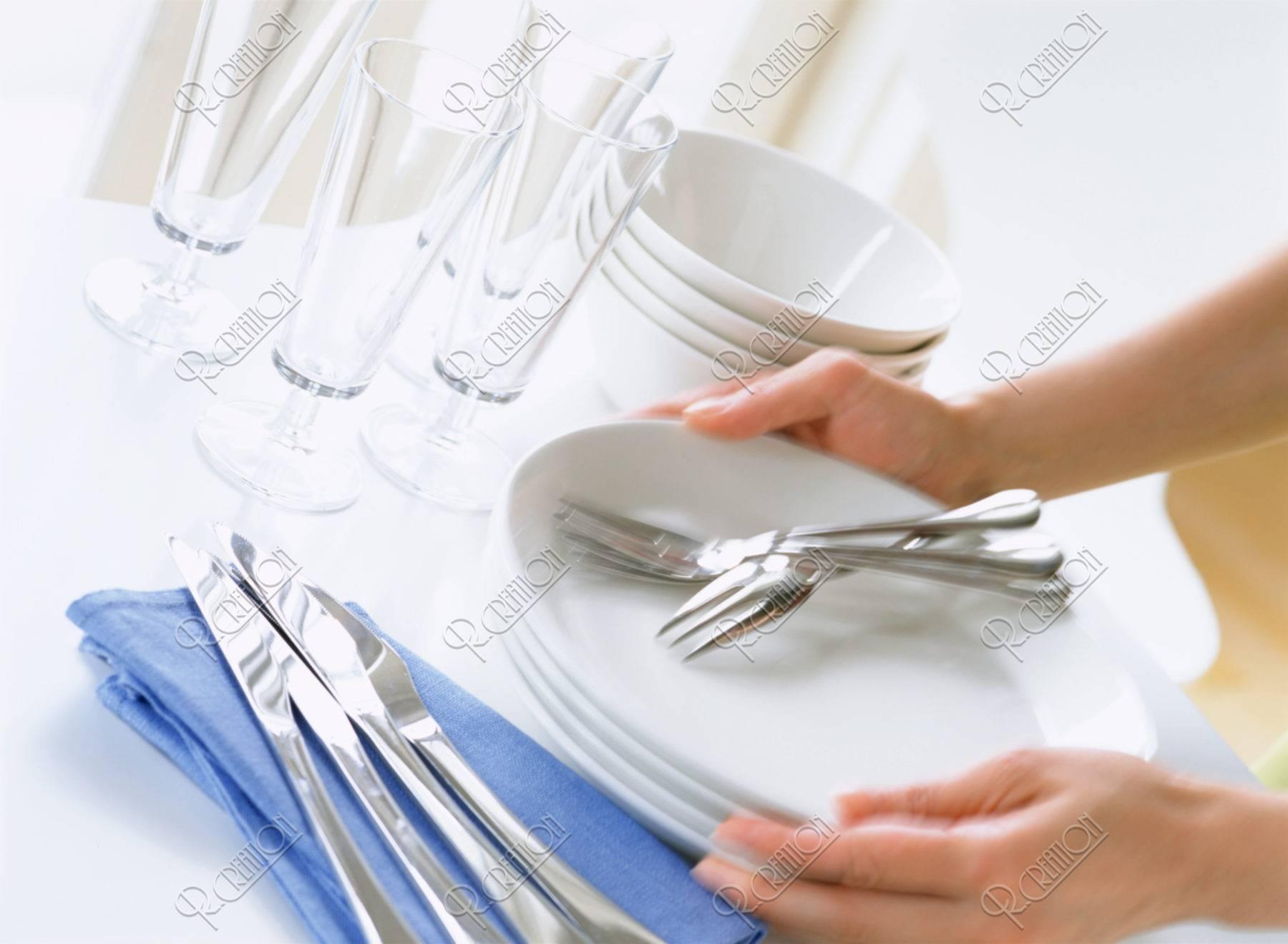 お皿を置く手