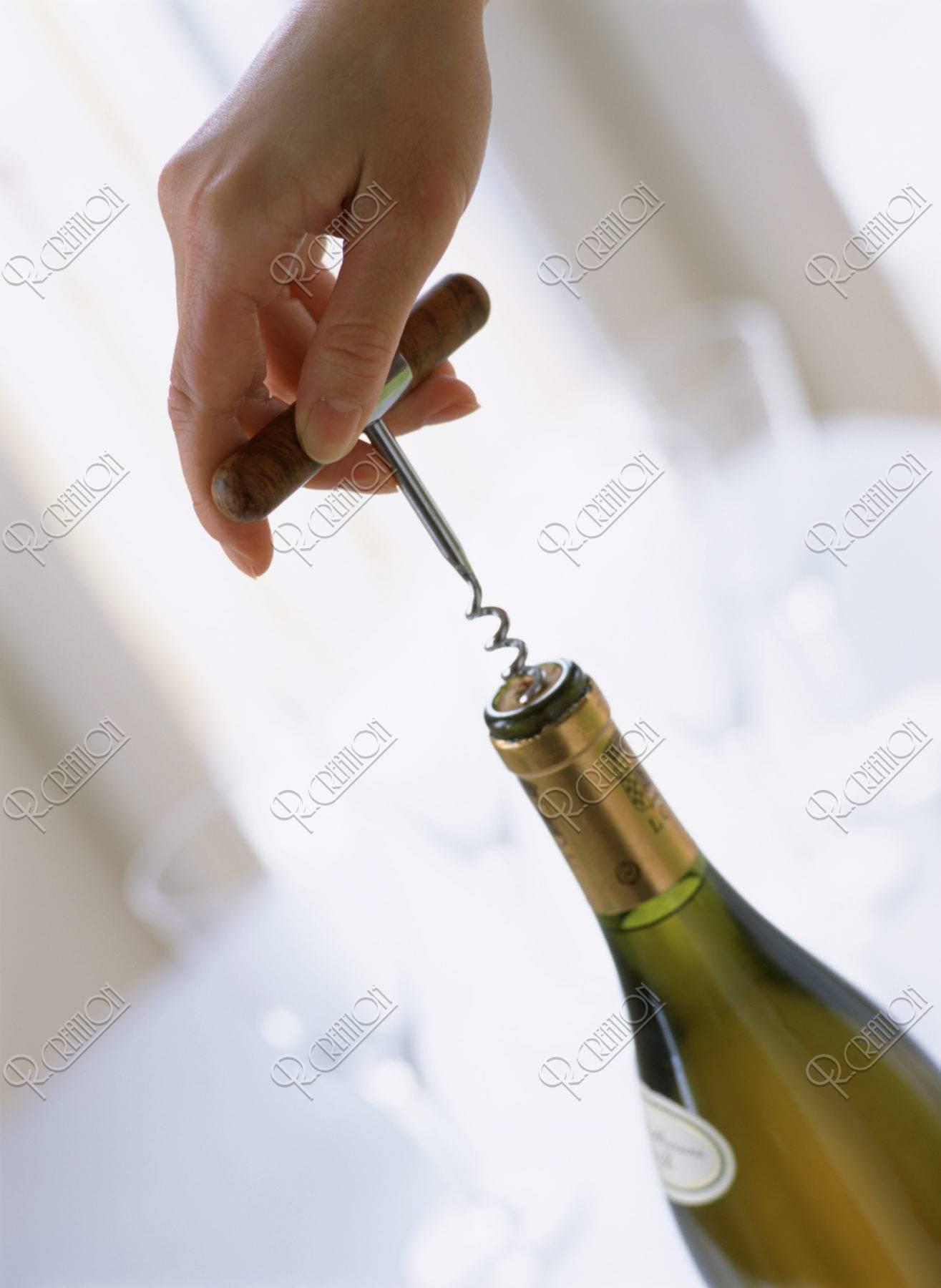 ワインを抜く手