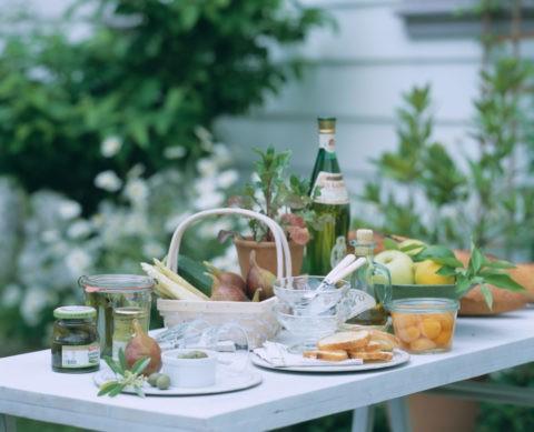 机の上のワインと果物とピクルス