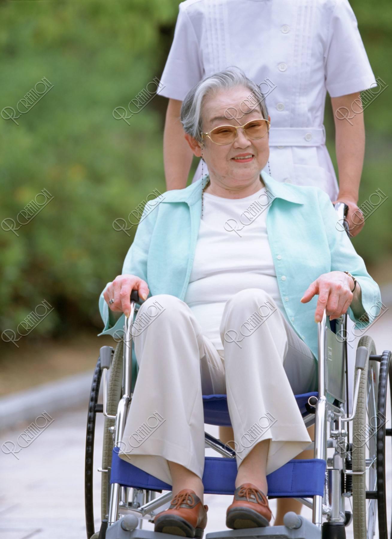 車椅子の老婦人と看護婦