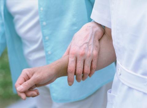 介護する看護婦の手