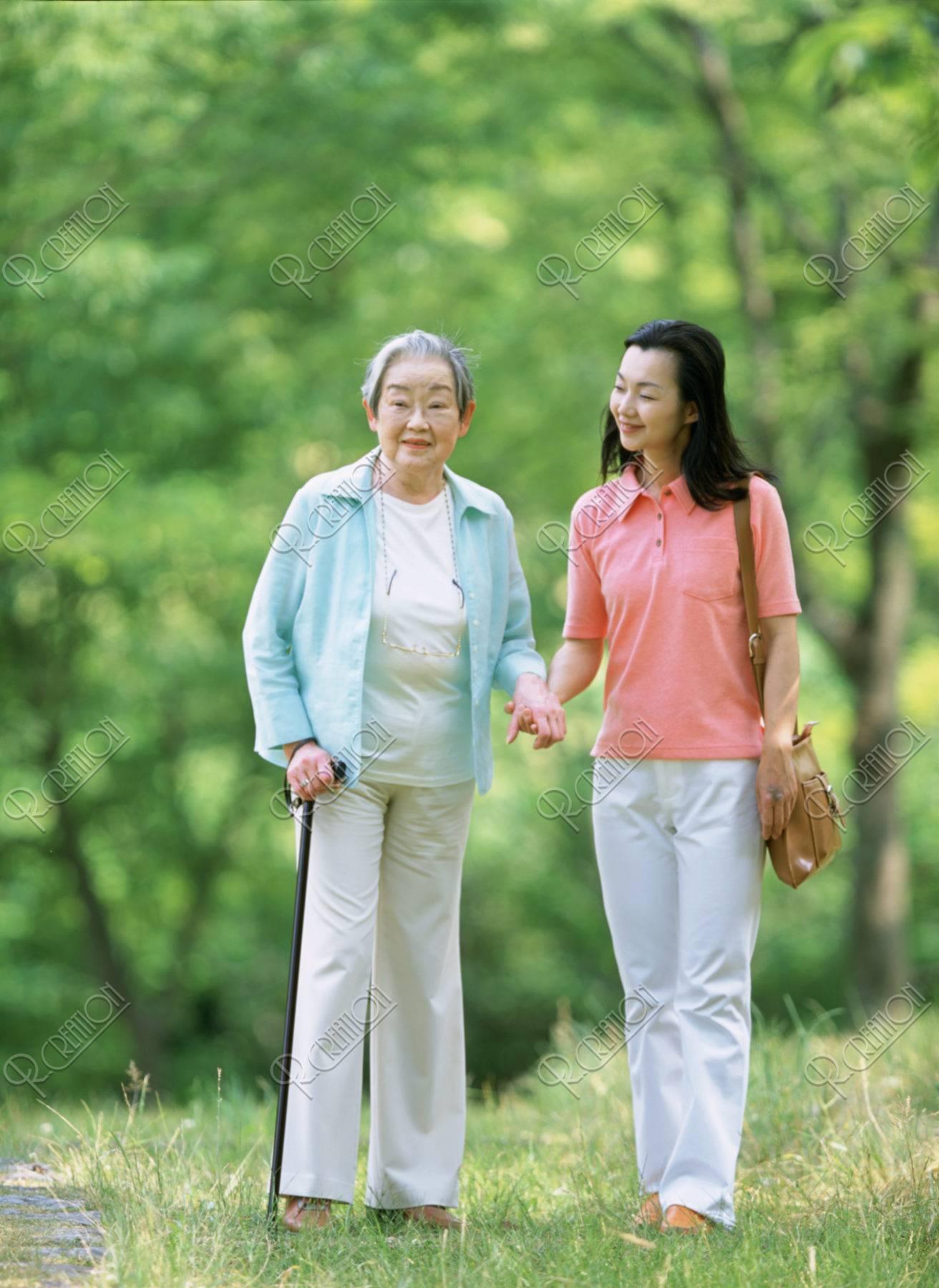 老婦人と女性
