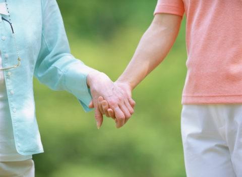 老婦人と女性の手