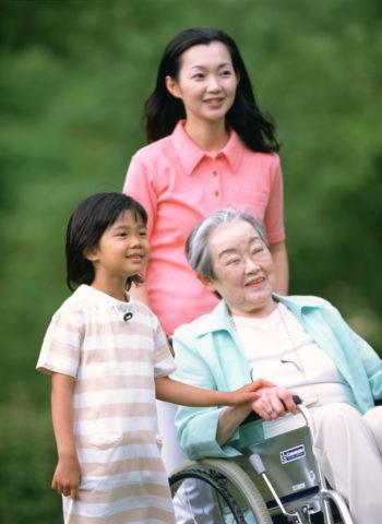 車椅子の祖母と母と孫