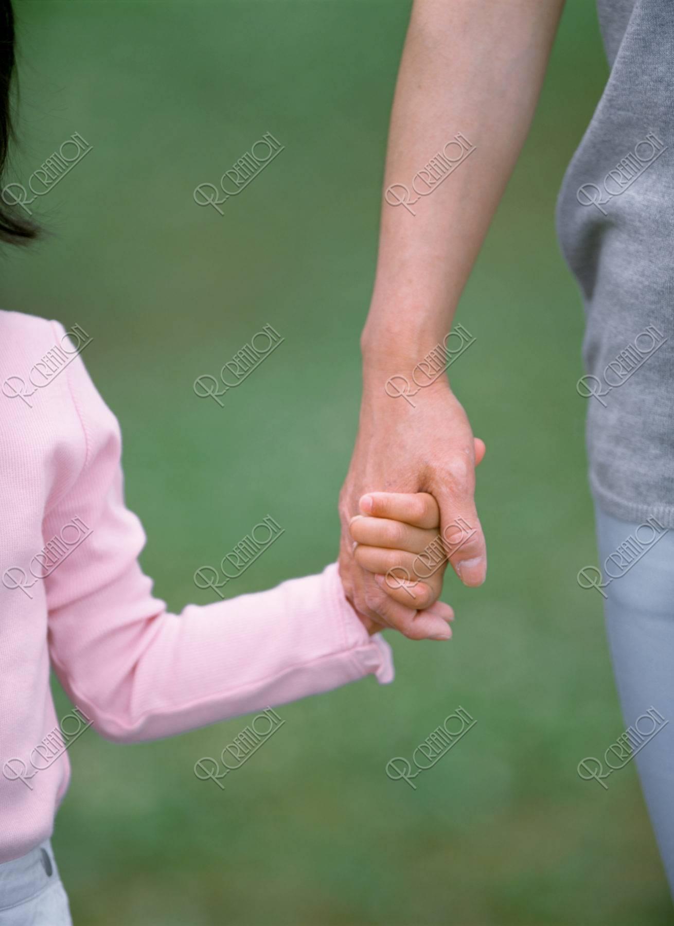 母と娘の手