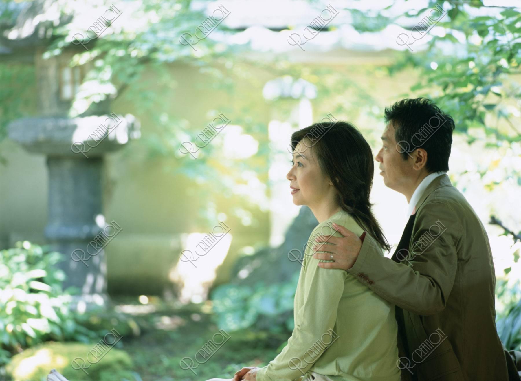 和室でくつろぐ熟年夫婦