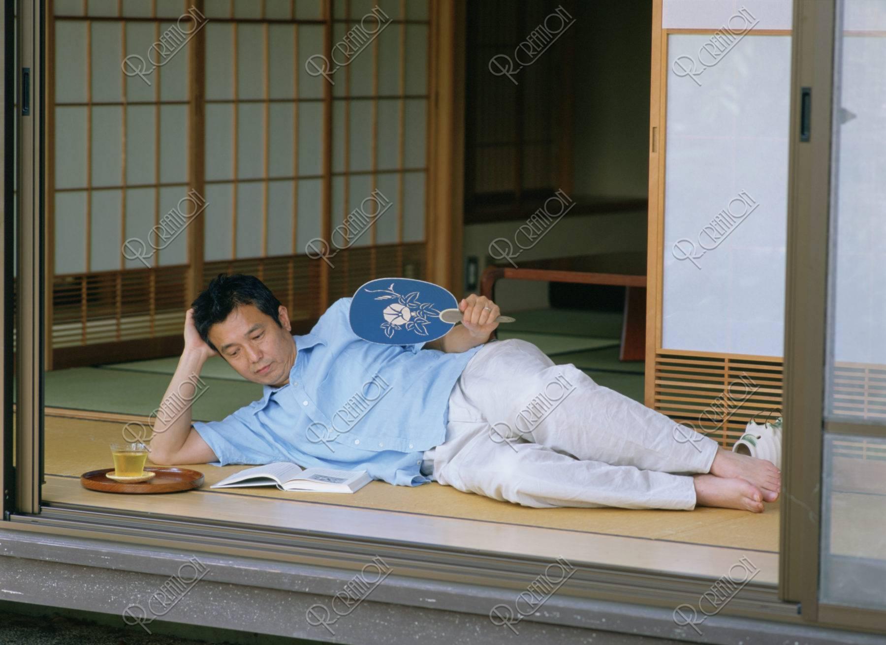 縁側で寝ころぶ熟年男性