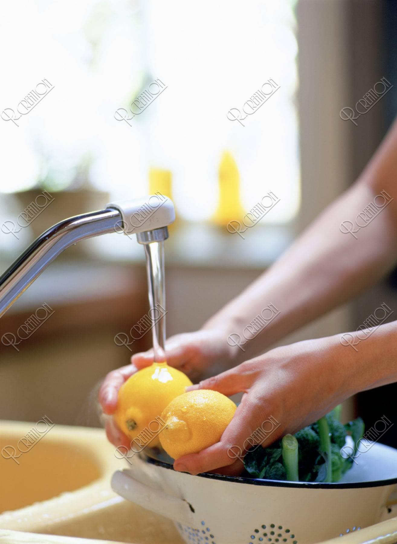 レモンを洗う手